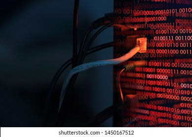 transferencia de virus informáticos a la computadora de escritorio mediante la línea LAN de Internet. tiro de doble exposición de la parte trasera de una computadora y códigos binarios rojos. hacker virus spyware ransomware y conceptos de seguridad violados.