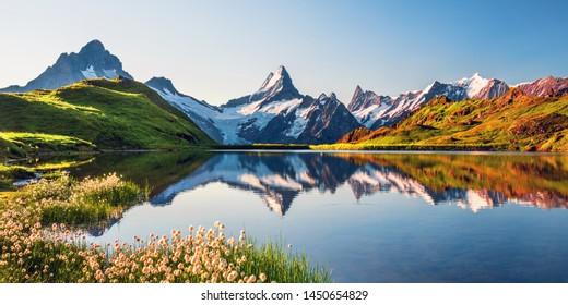 Sonnenaufgang auf Berner Bergkette über dem Bachalpsee. Höchste Gipfel Eiger, Jungfrau und Faulhorn in berühmter Lage. Schweizer Alpen, Grindelwaldtal
