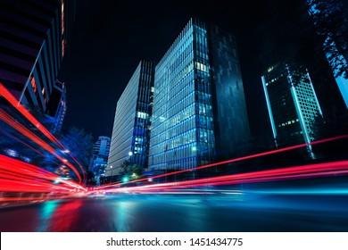 Lichtspuren bei Nacht in städtischer Umgebung