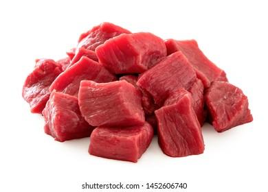 白で隔離される牛肉の立方体の山。