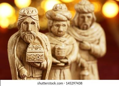 Tres reyes magos del pesebre. Figuras de yeso. Enfoque selectivo, DOF superficial
