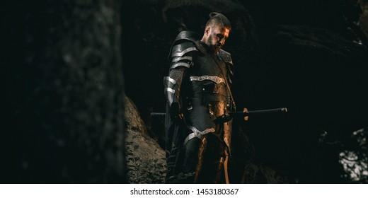 Mystery Scarface Ritter in Rüstung mit Schwert und Armbrust im Wald