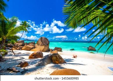 Typischer Strand auf den Seychellen mit Granitfelsen