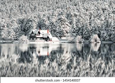ボルゴルチュク国立公園、トルコの森の雪の冬の日の湖の木造住宅