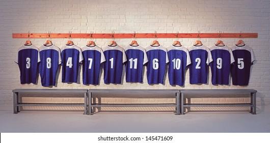 Fußballmannschaftshemden auf Umkleideraumwand mit Bank