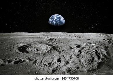 地球が地平線上に上昇している月の手足のビュー。そこにいる人々または大規模な偽造の証拠としての足跡。コラージュ。NASAから提供されたこの画像の要素。