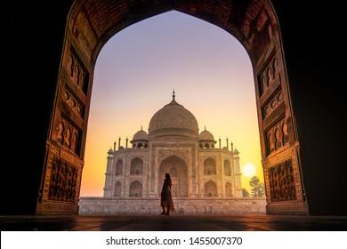Atemberaubende Aussicht auf den Sonnenaufgang des Weltwunders Taj Mahal India