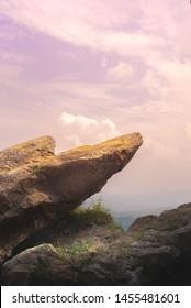 Point Edge of Cliff King Rock en Stone Garden en la cima de la montaña durante el amanecer o el atardecer rosa