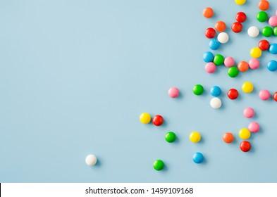 Fondo de bombones con glaseado de colores. Dulces multicolores dispersos. Imagen tonificada