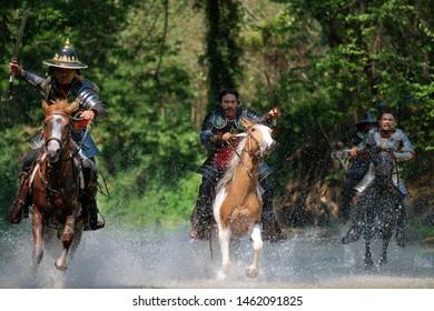 Legendäre thailändische Krieger Die alten Soldaten reiten auf Pferden, um zu kämpfen. Sie sind Helden der Thailänder in der Vergangenheit