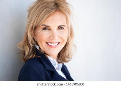 Porträt einer attraktiven älteren Frau mit mitfühlendem Lächeln, bester Zorn