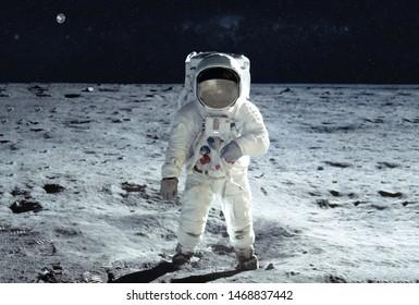Der Astronaut geht in einem weißen Raumanzug über den Mond. Elemente dieses Bildes wurden von der NASA für jeden Zweck bereitgestellt