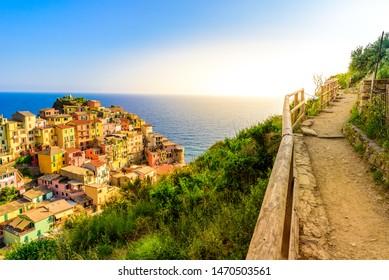 Manarola Dorf in der schönen Landschaft der Berge und des Meeres - Spektakuläre Wanderwege im Weinberg mit Blumen im Nationalpark Cinque Terre, Ligurien, Italien, Europa