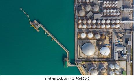 Luftaufnahme des Tanklageröl- und -gasterminals mit viel Kraftstoff Erdölchemikalie Erdgasspeicher und Petrochemie im Hafen, Business Power und Energie Industrietankspeicher.