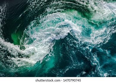 Wasserwellen des Flusses und des Meeres treffen sich bei Flut und Ebbe. Strudel des Strudels von Saltstraumen, Nordland, Norwegen