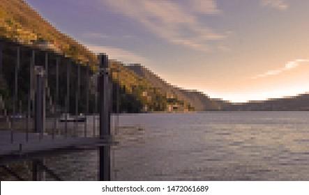 Uitzicht op het meer en de bergen in een korrelige artistieke stijl. Comomeer in Italië zonsondergang zijaanzicht.