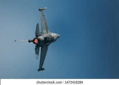 Jet fighter en el cielo da un giro