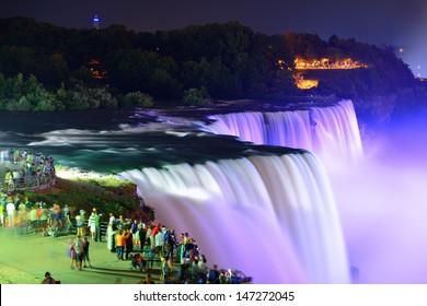 Die Niagarafälle werden nachts von bunten Lichtern beleuchtet