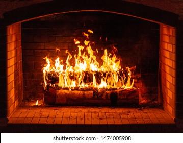Gloeiend vuur in een enorme stenen open haard