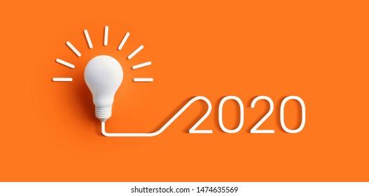 色の背景に電球を使用した2020年の創造性のインスピレーションの概念。ビジネスソリューション、計画のアイデア。輝くコンテンツ