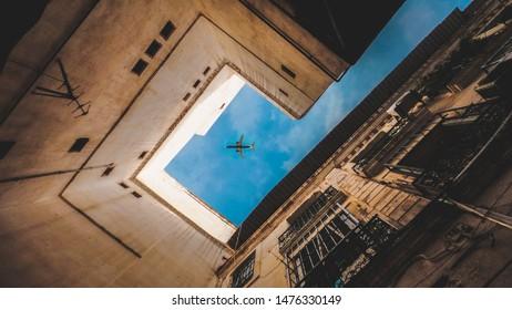 Una imagen del corazón del Captal de Argelia, Argel. Capturando un momento exacto del avión cruzando el cielo de los edificios.