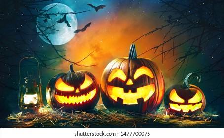 怖い深い夜の森で非常に熱い蝋燭とハロウィーンカボチャ頭ジャックランタン