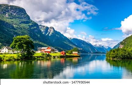 フィヨルドと山々の素晴らしい自然の眺め。美しい反射。場所:ノルウェーのスカンジナビア山脈。芸術的な写真。美容の世界。完全な自由の感覚