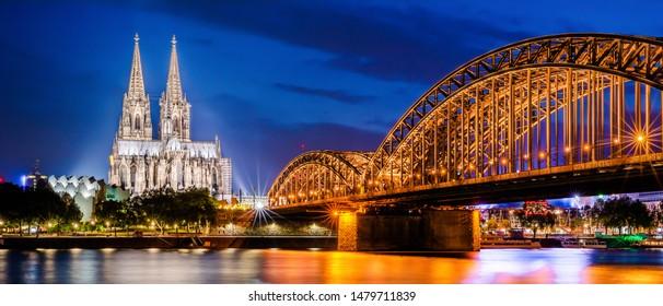 Köln mit Kölner Dom, Rhein und Hohenzollernbrücke bei Nacht
