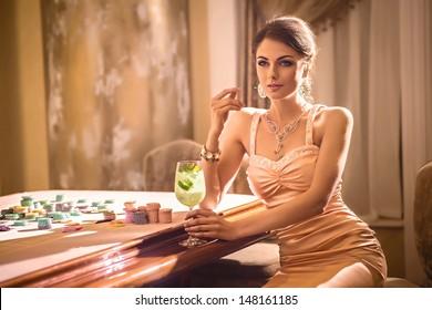 Chica bebiendo cócteles en casino