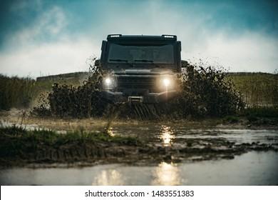 悪路のオフロード車。山道の村へのオフロードジープ遠征。オフロードレースでの泥や水の飛沫。オフロード車