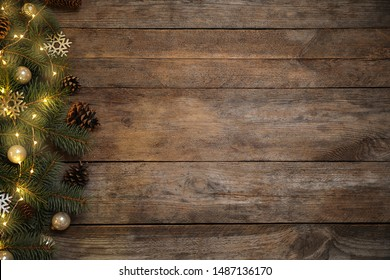 Weihnachtsdekoration auf hölzernem Hintergrund, flache Lage. Platz für Text