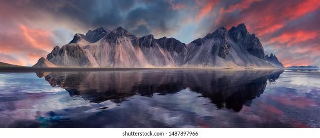 Vestrahorn Berg auf Stokksnes Kap in Island während des Sonnenuntergangs mit Reflexionen. Erstaunliche isländische Naturseelandschaft. beliebte Touristenattraktion. Beste berühmte Reiseorte. Szenisches Bild von Island