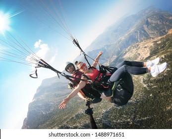 パラグライダーで飛んでいます。高さからの海岸の眺め。