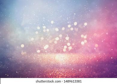 abstrakter Glitzer Silber, Lila, Blau und Gold Lichter Hintergrund. de-fokussiert
