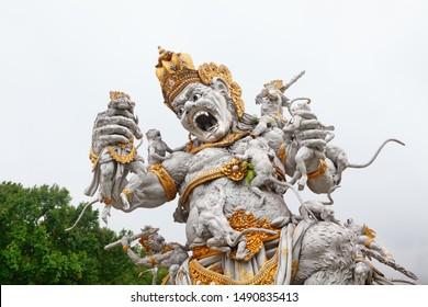 Alte Statue des Kampfes gegen Kumbhakarna Rakshasa aus der epischen Hindu-Legende Ramayana im Botanischen Garten Bedugul. Traditionelle Kunst, Kultur von Bali, beliebtes Reiseziel in Indonesien