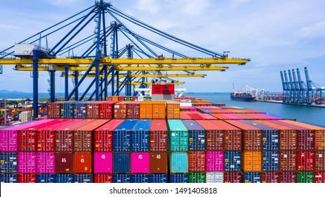 Carga y descarga de portacontenedores en el puerto marítimo, Vista aérea del transporte logístico de carga de importación y exportación de negocios por buque portacontenedores en el puerto, Carga de contenedores Buque de carga de carga, Dubai.