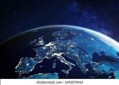 Europa aus dem Weltraum bei Nacht mit Stadtlichtern, die europäische Städte in Deutschland, Frankreich, Spanien, Italien und Großbritannien (UK) zeigen, globaler Überblick, 3D-Darstellung des Planeten Erde, Elemente von der NASA