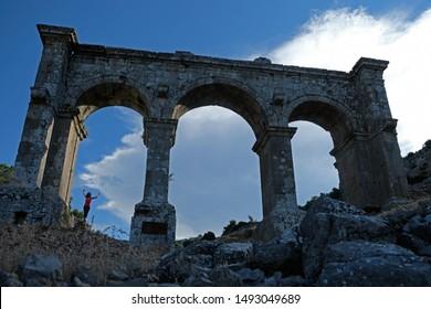 La antigua ciudad de Ariassos estaba ubicada en la intersección de las carreteras que unían Pamphilia y Pisidia.