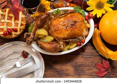 木製の素朴なテーブルで提供される感謝祭のディナー