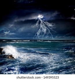 Bild des stürmischen Nachtmeeres mit großen Wellen und Blitz