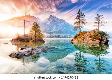 Lago Hintersee en Alemania, Baviera, Parque Nacional Ramsau en Alpes. Hermoso paisaje alpino otoñal, luz increíble durante el amanecer. Increíble paisaje otoñal estacional. Monumento famoso en Alemania.