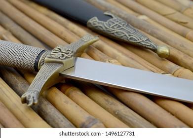 ブレードに焦点を当てた細かい職人の短剣と鞘のクローズアップビュー。