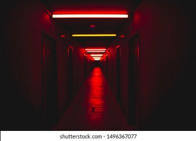 Corredor de luz roja concepto de miedo paisaje de terror concepto de miedo