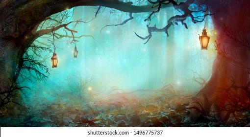 Halloween-Hintergrund mit Laternen im dunklen Wald in der gruseligen Nacht. Halloween-Design im magischen Wald