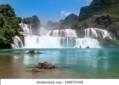 Bangioc / Ban Gioc oder Detian Wasserfall in Cao Bang, Nordvietnam. Diese Fälle bilden die natürliche Grenze zwischen Vietnam und China. Seidig glatte Wasserfälle mit langsamer Verschlusszeit.