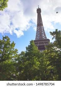 Torre Eiffel, París. Ciudad romántica, enamórate al instante