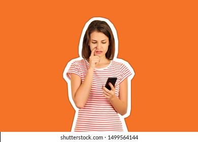 Retrato de una joven confundida en teléfono móvil. Chica emocional revista estilo collage con fondo de color moderno