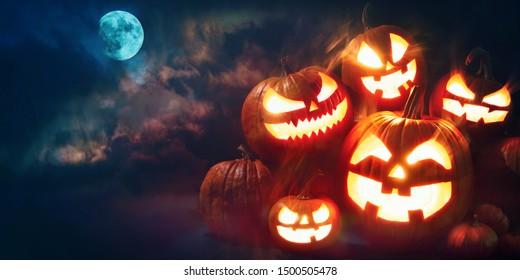 Halloween pompoen hoofd hefboom lantaarn met brandende kaarsen in eng diep nachtbos