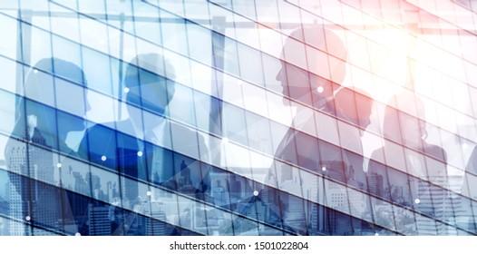 Doppelbelichtungsbild des verblassten geschäftlichen abstrakten Hintergrunds mit Bürogebäude- und Personenkonferenzgruppentreffen, das Partnerschaftserfolg des Geschäftsabkommens zeigt.
