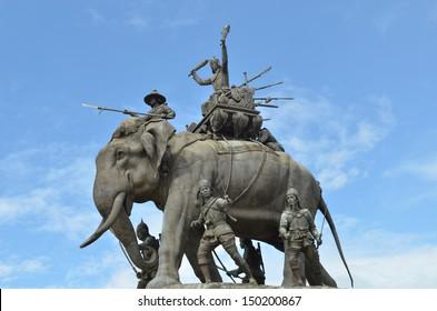 Het olifantenstandbeeld in de blauwe lucht